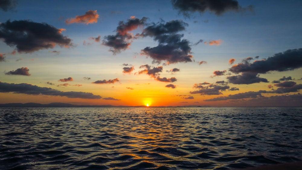 Coucher de soleil sur l'océan dans les Whitsundays