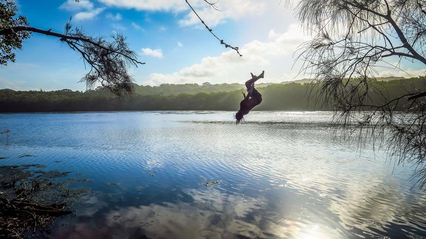 Saut à la corde à Tea Tree Lake, Byron Bay